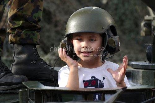 Kind im Panzerwagen