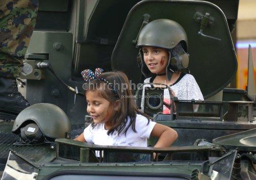 Kinder im Panzerwagen