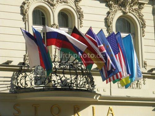 Flaggen in Sonne und Wind