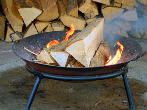 Holzfeuer im Grill