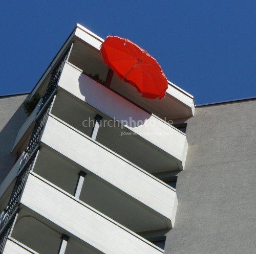 Balkone u. roter Schirm