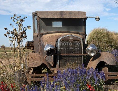 Rusty vintage car 2