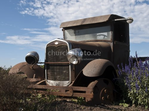 Rusty vintage car 3