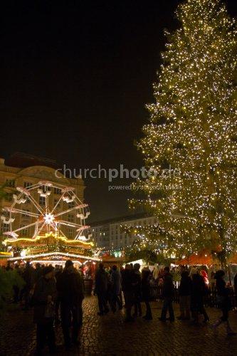 Striezelmarkt mit Weihnachtsbaum
