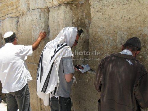 Beter an der Westmauer in Jerusalem