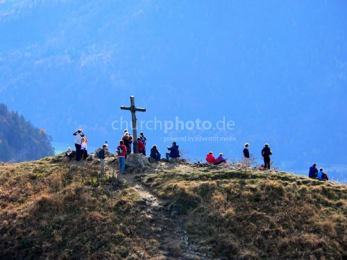 Menschenansammlung beim Kreuz