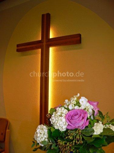 Kreuz mit Blumenstrauß