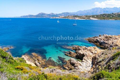 Meer und Berge bei einer Küstenwanderung in Calvi