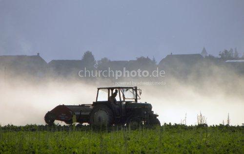 Traktor beim Ernten