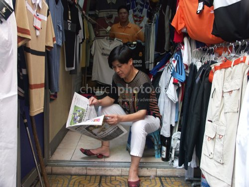 Zeitunglesende Frau in Shanghai