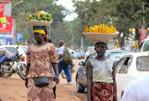 Frauen mit Obstkörben