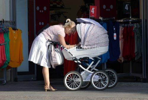 Oma und Kinderwagen