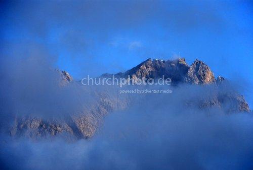 Bergmassiv in den Wolken