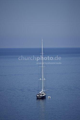 Segelboot mitten im Meer