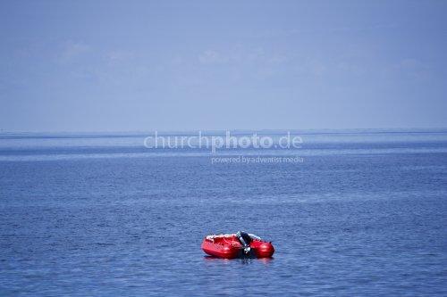 Schlauchboot mitten im Meer