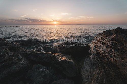Sonnenaufgang an Steinen