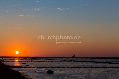 Sonnenuntergang und Bohrinsel
