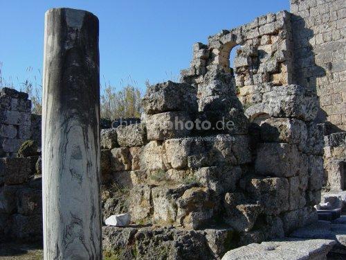 Perge - Ruinen mit Marmorsäule