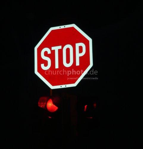 Stopp-Schild bei Nacht