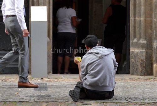 Bettler vor Kirche