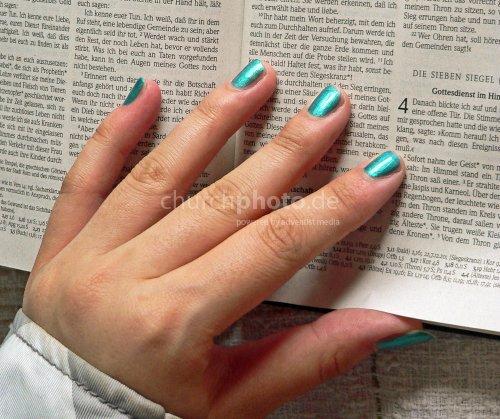 Teenager beim Bibellesen
