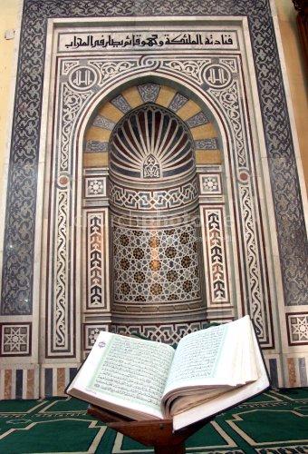 Gebetsnische und Koran